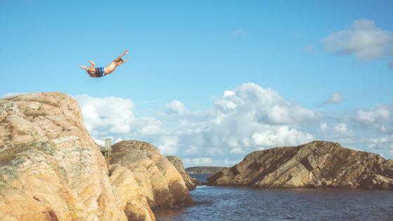 Komfortzone Titelbild Mann springt
