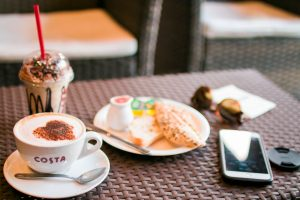 Ablenkungen von sich selbst kennenzulernen (Süßigkeiten, Smartphone)