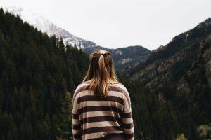 Achtsamkeit in der Natur zwischen Bergen