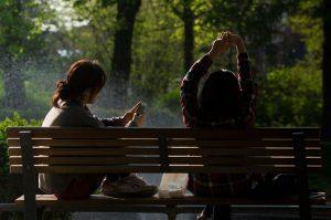 Achtsamkeitsmeditation Beziehungen Frauen auf Parkbank abgelenkt