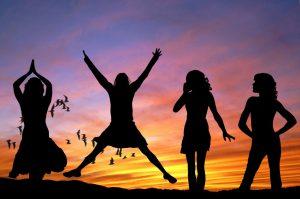 Achtsamkeitsmeditation Fazit Frauen springen in die Höhe