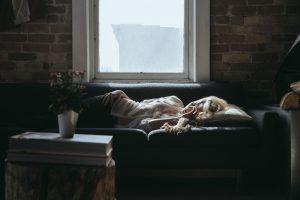 selbstliebe grundlos frau schlafend