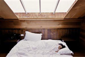 vorteile meditation besserer Schlaf Frau liegt im Bett