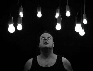 negative Gedanken Energie Mann mit Lampen