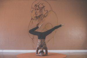 sich selbst lieben spaß haben frau macht yoga