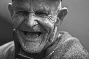 Alter Mann am lachen