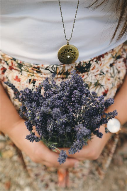 Selbstliebe lernen Frau mit Lavendel