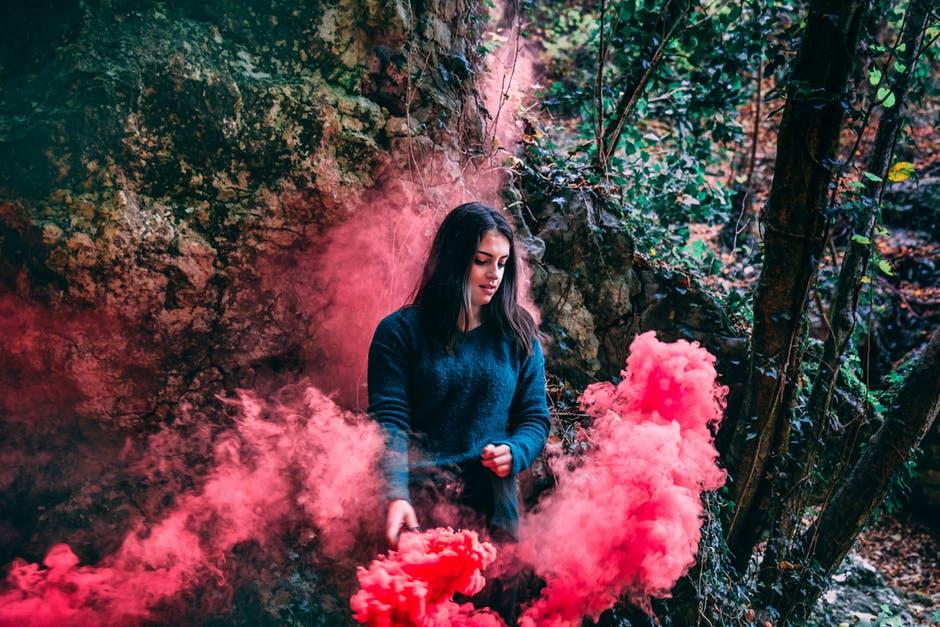 Selbstliebe lernen Frau mit rotem Rauch
